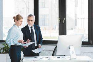 Geschäftspartner besprechen eine GmbH Auflösung