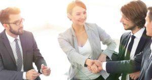 Frau reicht einem Mann die Hand