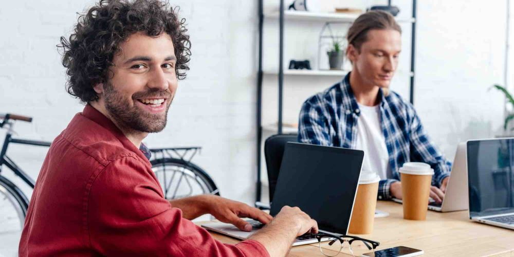 Gründer sitzen im Büro vor dem Laptop
