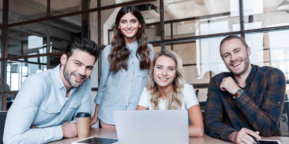 Gründer sitzen vor dem Laptop